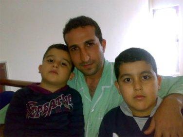 Nadarkhani con sus dos hijo, fotografía tomada en una de las visitas en la cárcel