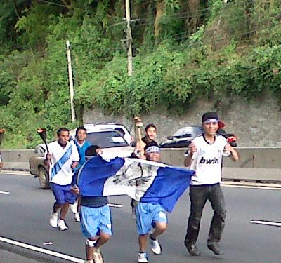 Jóvenes celebrando la independencia de Guatemala